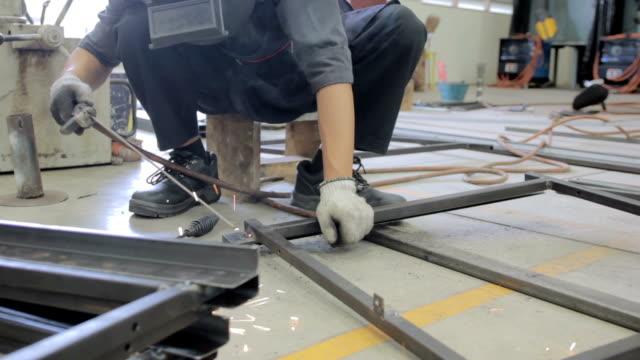 Mann mit Maschine in industrielle Fabrik Schweißen