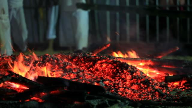Mann zu Fuß durch den Holzfeuer