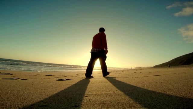WS TS Mann zu Fuß am Strand von Malibu