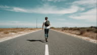 Uomo che cammina lungo la strada