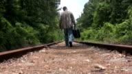 Mann zu Fuß auf dem Titel HD