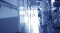 Mann zu Fuß in das Krankenhaus to heaven Hell (Tod).