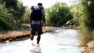 Mann zu Fuß in den Dschungel
