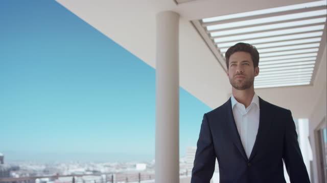 Uomo che cammina sul tetto della penthouse