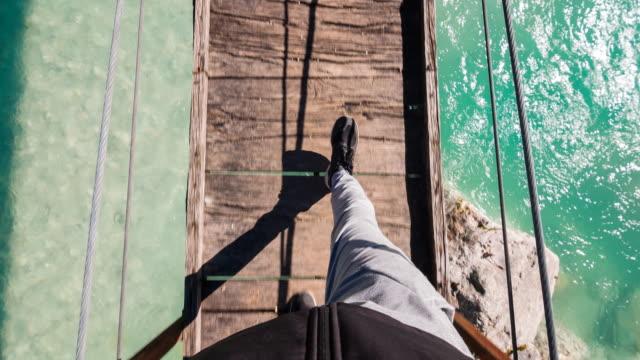 Cammina su un ponte sospeso