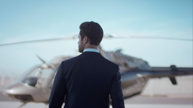 Mann zu Fuß in Richtung Hubschrauber