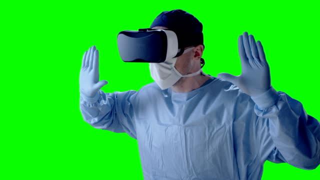 Mann mit virtual-Reality-Brille während der medizinischen Forschung. Entfernt imaginäre Objekt schieben