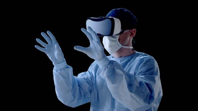 Mann mit virtual-Reality-Brille während der medizinischen Forschung
