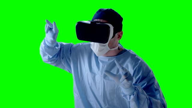 Mann mit virtual-Reality-Brille während der simulierten ärztliche Untersuchung