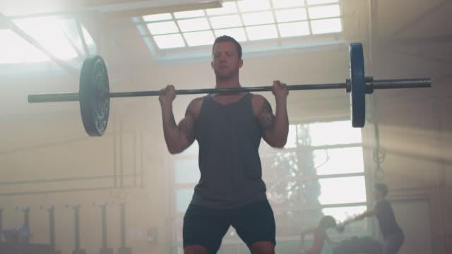 Man Gewichtheffen in de sportschool