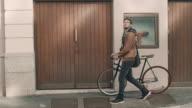 Uomo in bicicletta su strada