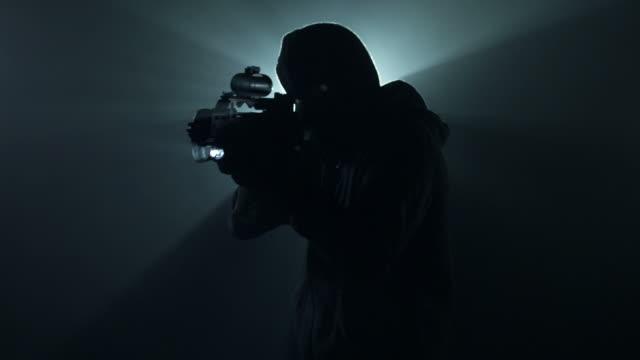 Mann mit Pistole im Nebel