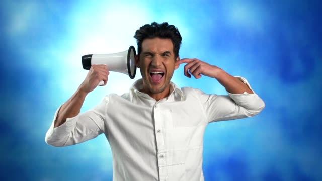 Uomo con il megafono, ignorando, urlare, che coprono le orecchie