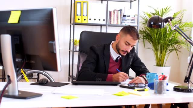 Man werken alleen in office
