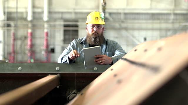 Mann arbeitet in Fabrik Inspektion Ausrüstung