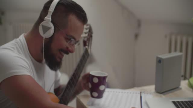 4K: Man som arbetar i hans inspelningsstudio.