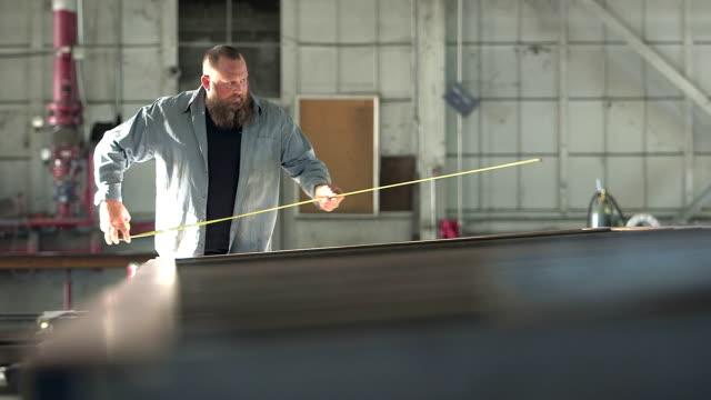 Mann arbeitet in Metallverarbeitung shop