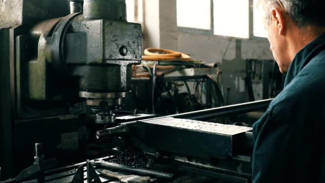 Uomo al lavoro nella produzione