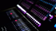 Man arbeitet an sound-Mixer im club
