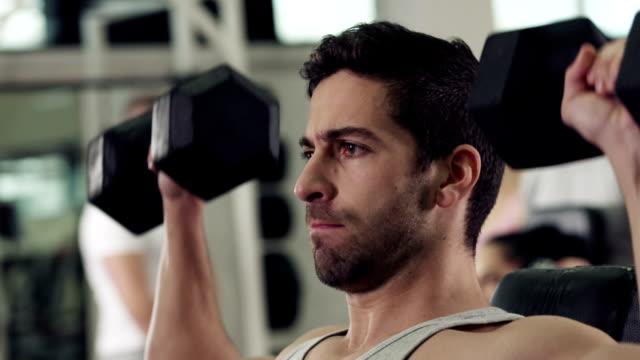 Mann, die Arbeit mit Gewichten im Fitnessstudio