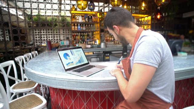 Manager tun die Bücher in einem restaurant