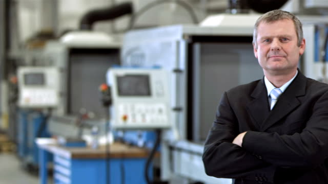 DS Manager posieren In der Fabrik