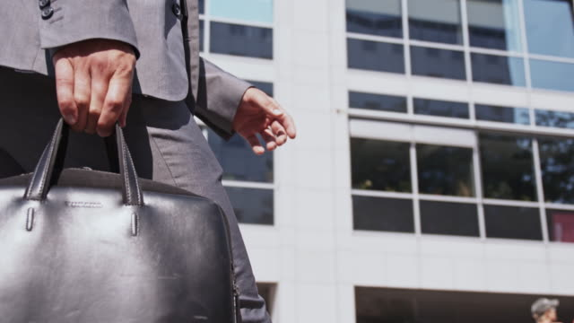 Manager cammina lungo l'edificio per uffici