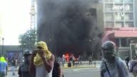 Manifestantes encapuchados incendiaron el lunes un edificio administrativo del Tribunal Supremo de Justicia mientras la fiscal general impugno ante...