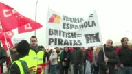 Manifestantes y policias protagonizaron enfrentamientos este lunes en el aeropuerto de Madrid en el primer dia de una huelga de Iberia con cientos de...
