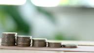 Mann gefangen in der hand eine Münze in einen Haufen Münzen zur Senkung der Begriff der Geschäftswelt.