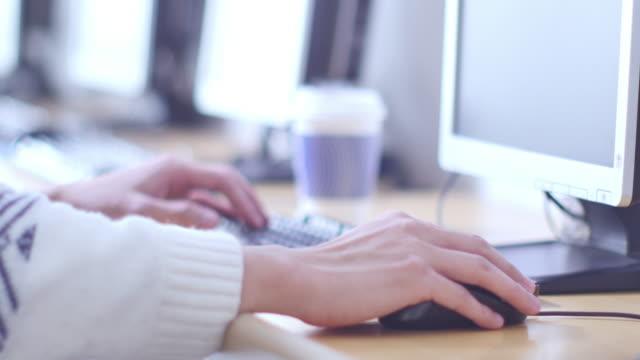 die Hand des Mannes auf Computer-Tastatur