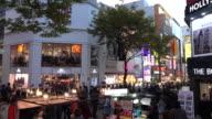 Molte persone al Myeongdong quartiere dello Shopping