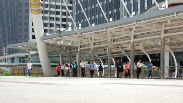 Viele Menschen gehen, um ihren Arbeitsplatz im Geschäftsviertel von Bangkok mit öffentlichen Nahverkehrssystem