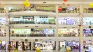 Viele Personen im Einkaufszentrum, Schwenken von