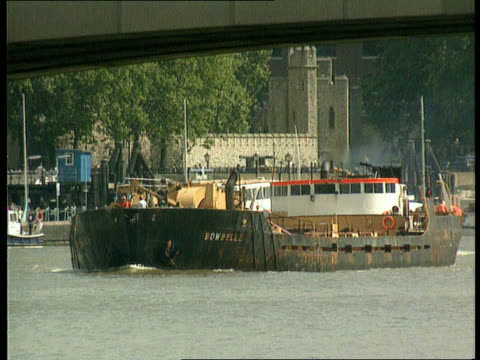 Inquest verdict CR1060 / 191989 River Thames EXT Dredger 'Bowbelle' along river PAN Bow of 'Bowbelle' along PAN