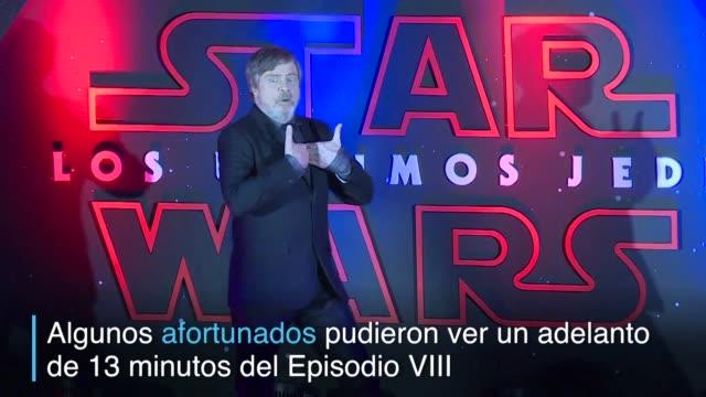 Mark Hamill Daisy Ridley y el director de la mas reciente entrega de Star Wars Los ultimos Jedi Rian Johnson encabezaron una multitudinaria alfombra...