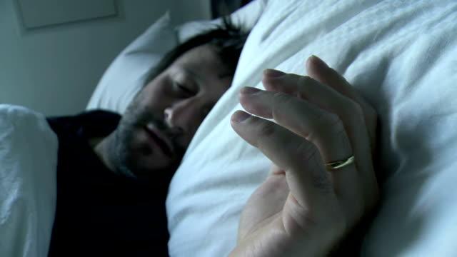 HD: Verheiratet Mann Schlafen allein