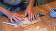 Master sculpting engel uit klei