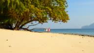 Adulto in età matura coppia rilassante sulla spiaggia estate