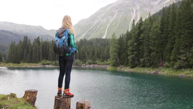 Reife Erwachsene Frau See genießen Sie malerische Naturlandschaft