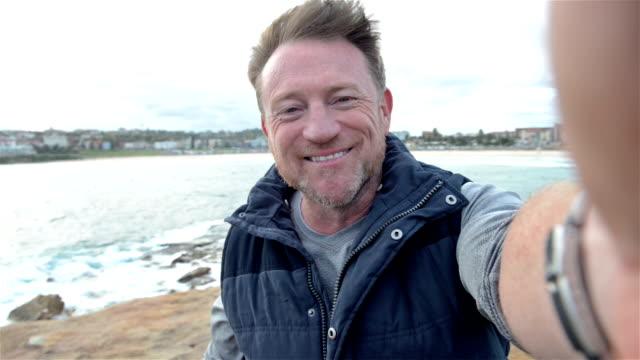 Ältere australische Mann sagen guten Tag.