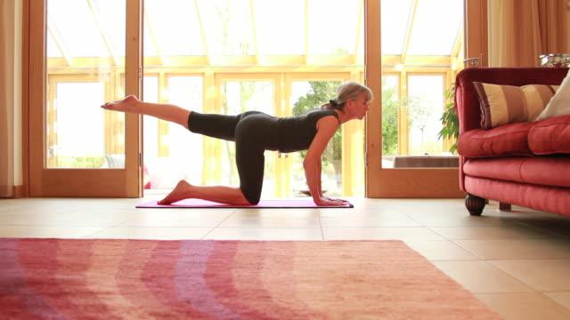Matura donna esercizio yoga a casa