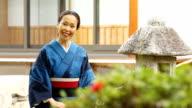 Rijpe Japanse vrouw mediteert glimlachen naar de camera en HD opgezocht