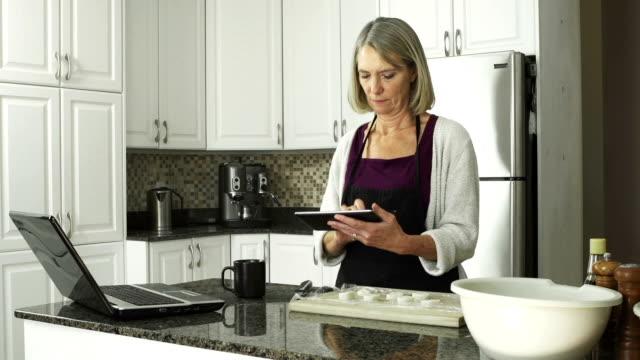 Reife Frau in der Küche