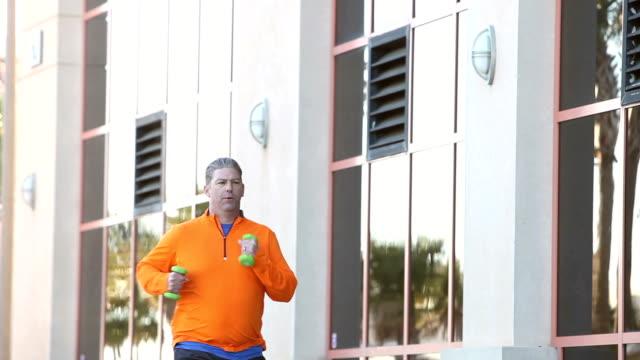 Reifer Mann auszuüben, Powerwalking mit Hanteln