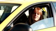 Ältere Frau mit dem Auto