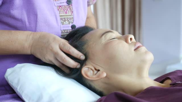 Rijpe vrouw met ontspannen met Thaise massage