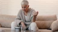 Rijpe vrouw meten van de bloeddruk en het gevoel geschokt over resultaten.