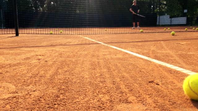 Reife Frau auf Tennis-Training