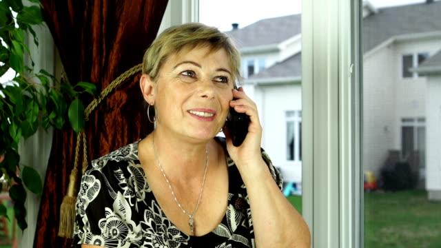 Reife Frau am Telefon